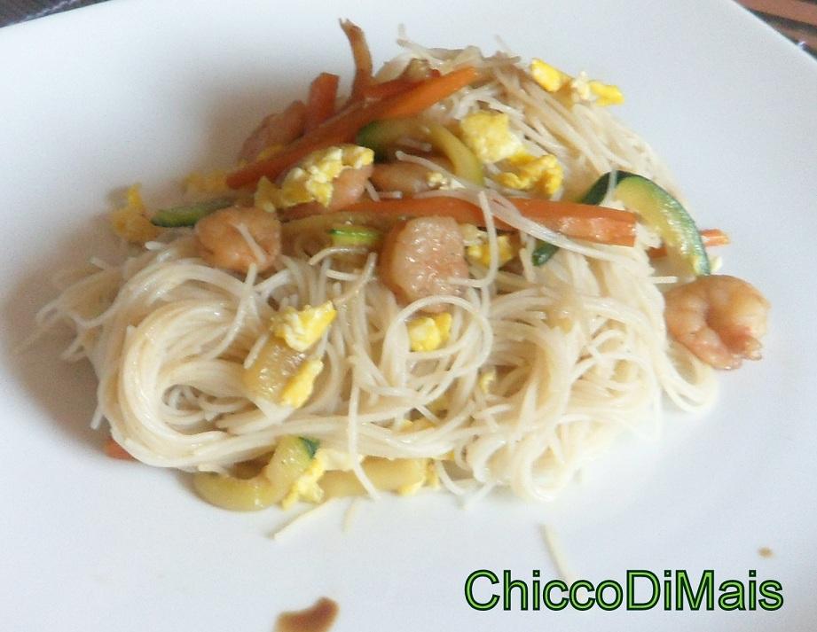 spaghetti di riso con gamberi e verdure ricetta cinese il chicco di mais