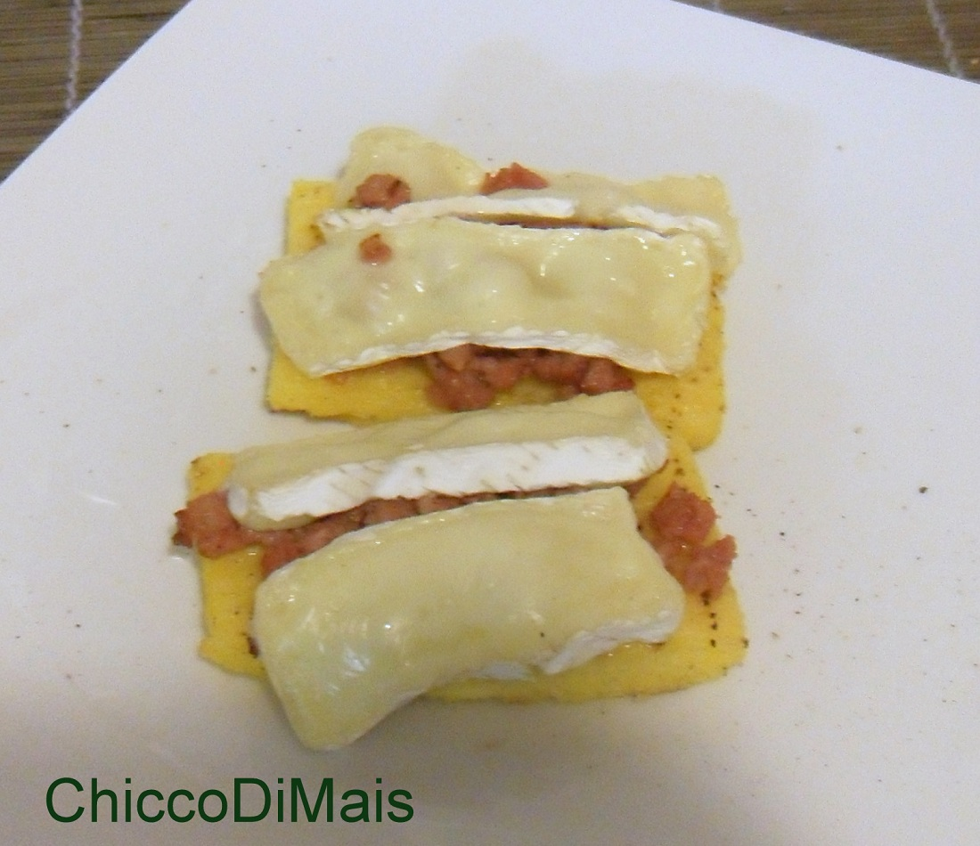 Crostini di polenta con salsiccia e brie ricetta antipasto il chicco di mais