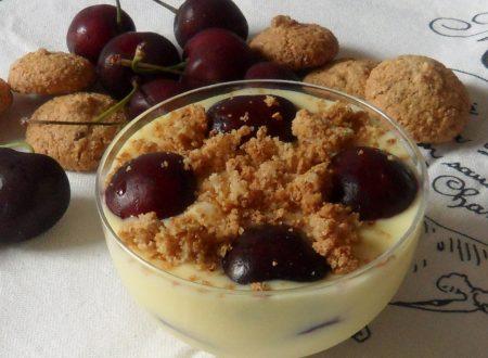 Coppa di crema e ciliegie con amaretti (ricetta dolce)