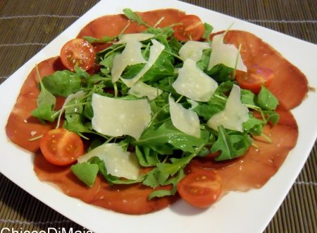 Carpaccio di bresaola con rucola e parmigiano (ricetta veloce)