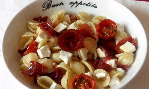 Pasta fredda con bresaola e pomodori confit (ricetta estiva)