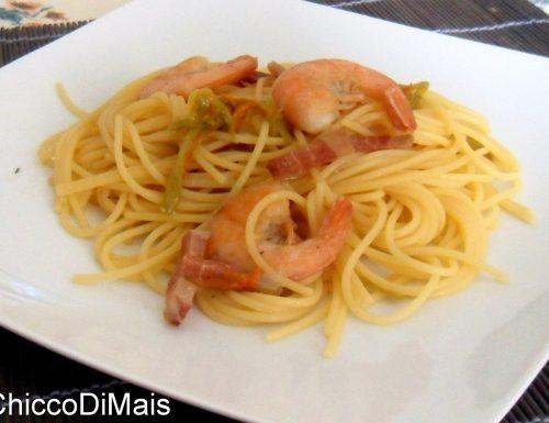 Pasta con gamberi bacon e fiori di zucca (ricetta saporita)