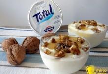 Mousse di yogurt con miele e noci pralinate (ricetta dolce)