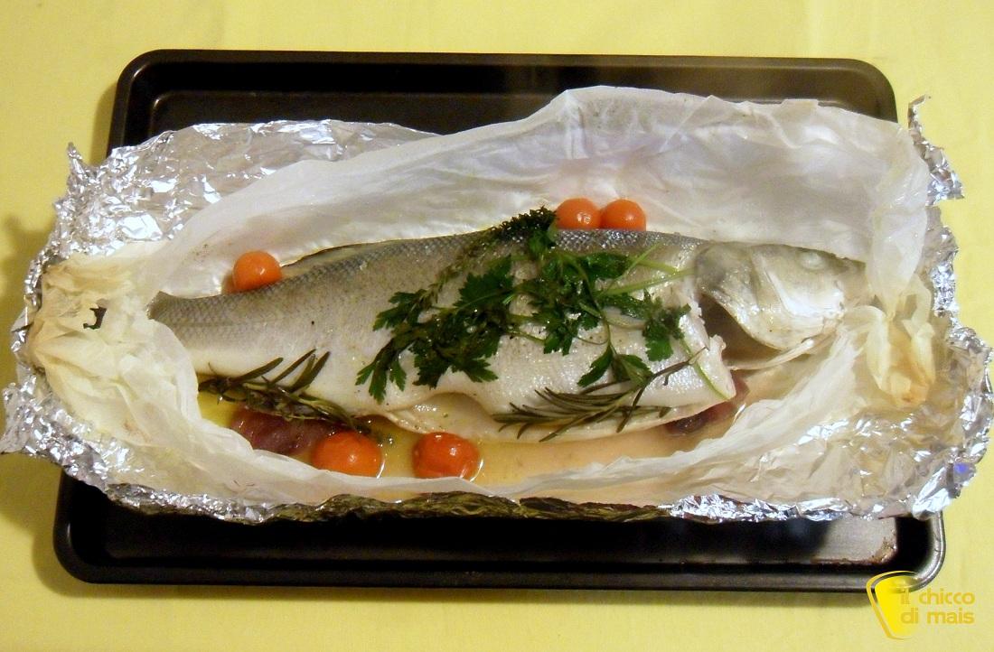 Pesce al cartoccio con aromi ricetta semplice il chicco di mais