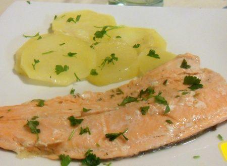 Trota salmonata al cartoccio (ricetta veloce)