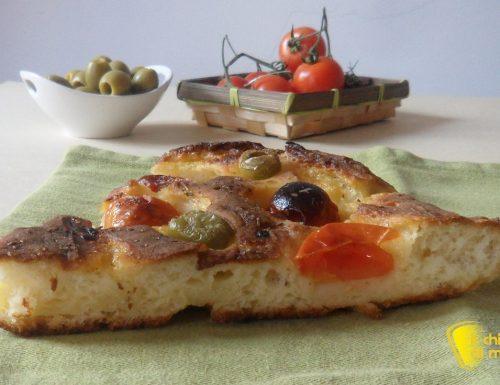 Focaccia senza glutine con olive e pomodorini (ricetta pugliese)