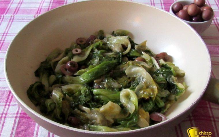 Scarola in padella con olive e capperi (ricetta napoletana)