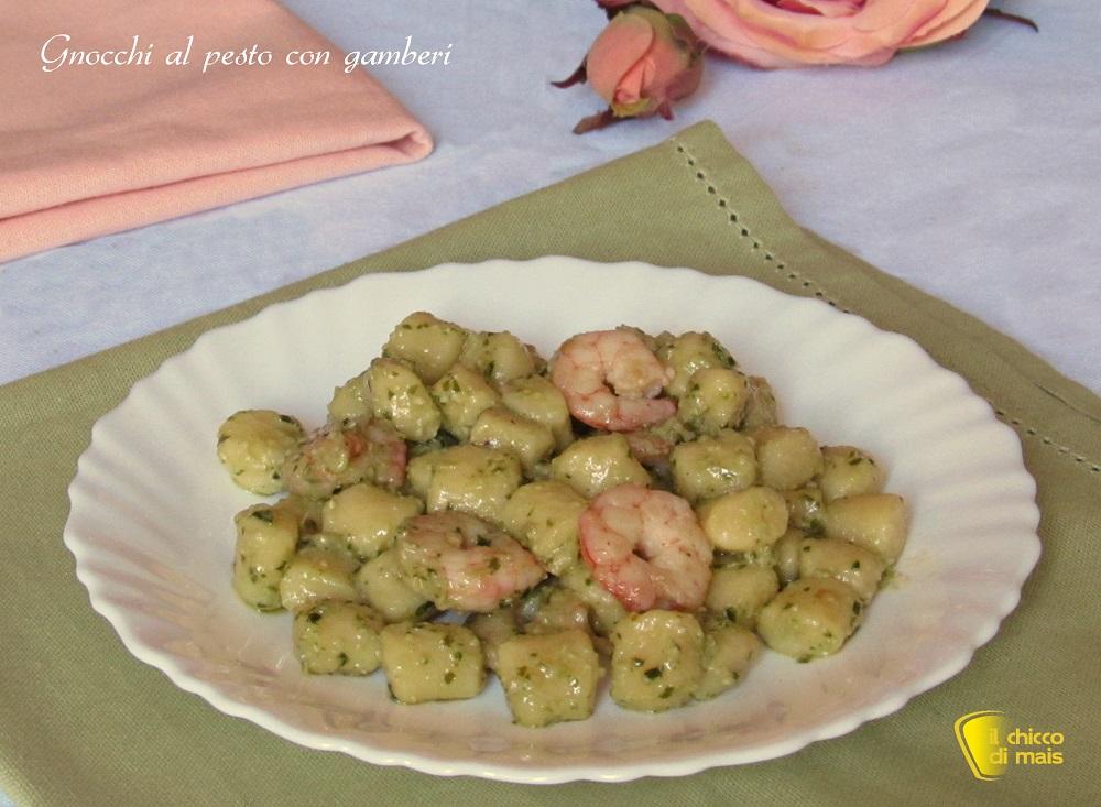 Gnocchi al pesto con gamberi ricetta veloce il chicco di mais