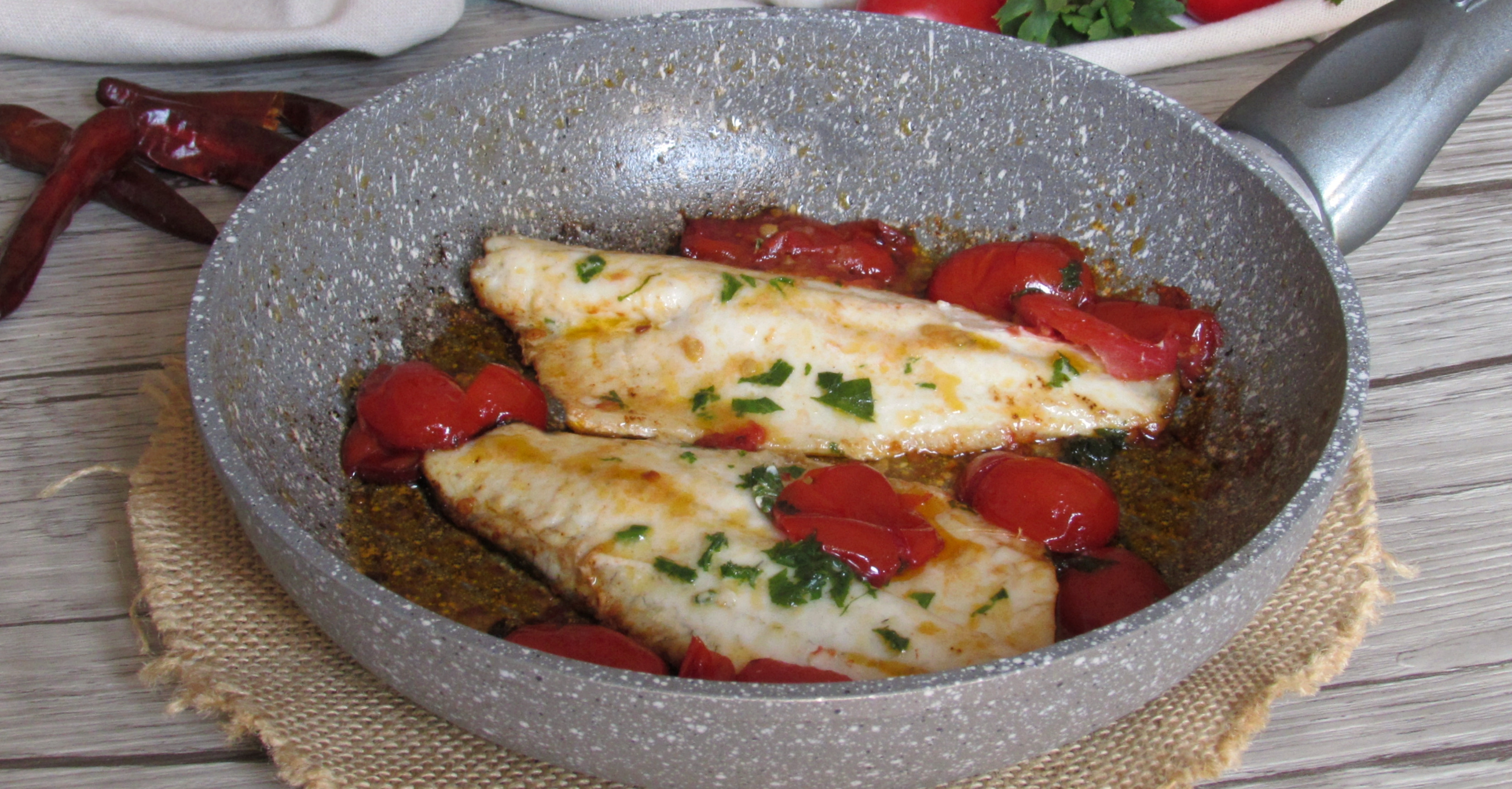 Pesce all 39 acqua pazza cotto in padella ricetta il chicco for Pesce chicco di riso