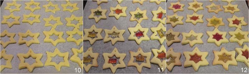 Biscotti di vetro natalizi con caramelle gommose da appendere all'albero di Natale ricetta facile il chicco di mais 4 mettere gli orsetti gommosi e cuocere