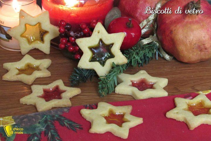 Biscotti di vetro natalizi con caramelle gommose da appendere all'albero di Natale ricetta facile il chicco di mais