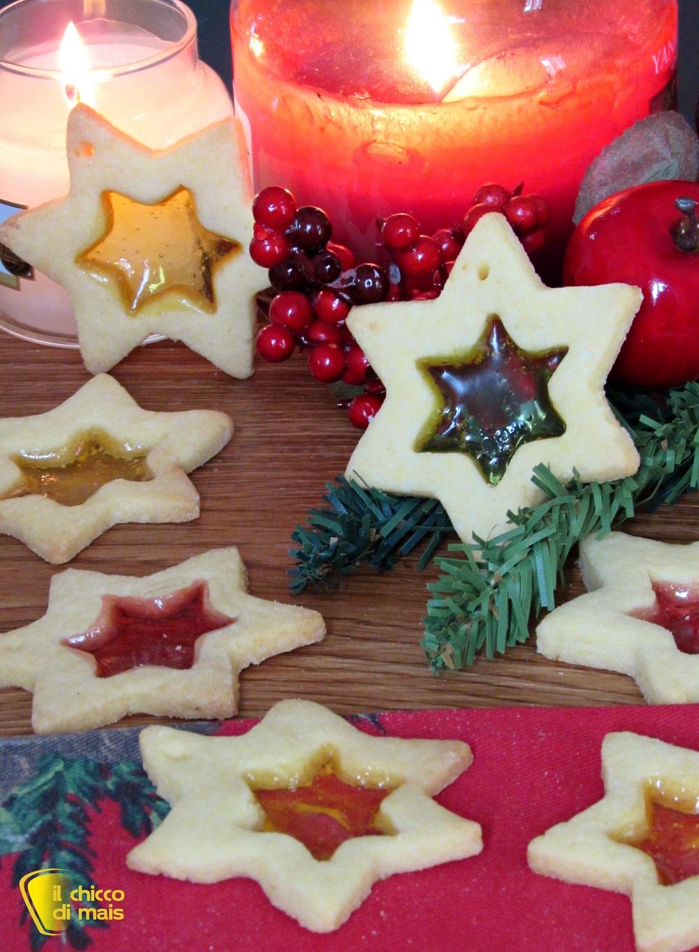 verticale_Biscotti di vetro natalizi con caramelle gommose da appendere all'albero di Natale ricetta facile il chicco di mais