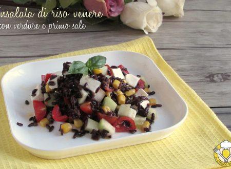 Insalata di riso venere con verdure e primosale