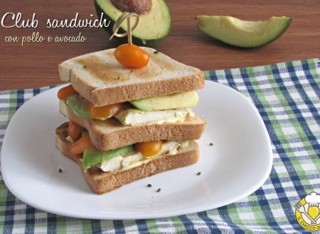Club sandwich con pollo e avocado