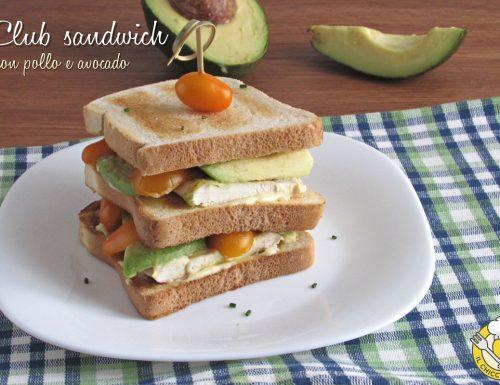 Club sandwich con pollo e avocado