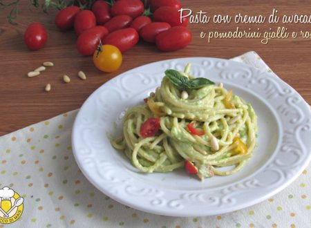 Pasta con crema di avocado, pomodorini gialli e rossi e pinoli