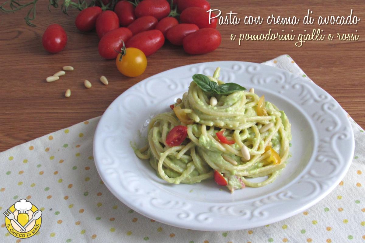 pasta con crema di avocado pomodorini gialli e rossi e pinoli ricetta primo veloce vegano il chicco di mais