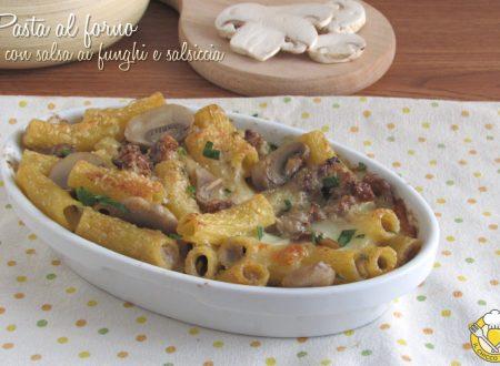 Pasta al forno con salsa di funghi e salsiccia