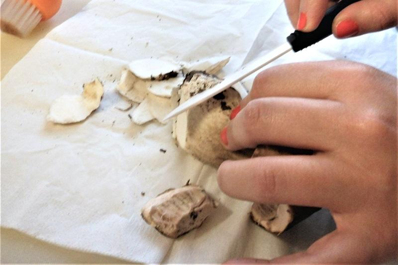 come pulire i funghi porcini alla perfezione trucchi consigli errori da evitare 1 tagliare la fine del gambo