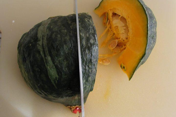 come cuocere la zucca al microonde step 1 tagliare la zucca