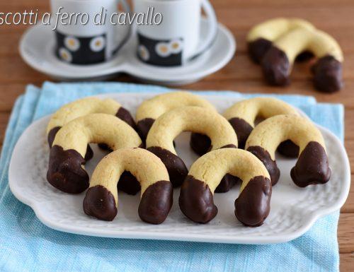 Biscotti a ferro di cavallo ricoperti di cioccolato