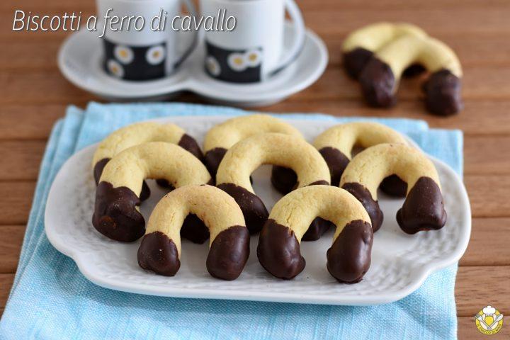 biscotti a ferro di cavallo ricoperti di cioccolato ricetta tradizionale e senza glutine biscottini da tè a U il chicco di mais