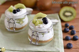mousse allo yogurt con frutta fresca kiwi mirtilli e base di biscotti ricetta dolce veloce light con yogurt greco il chicco di mais