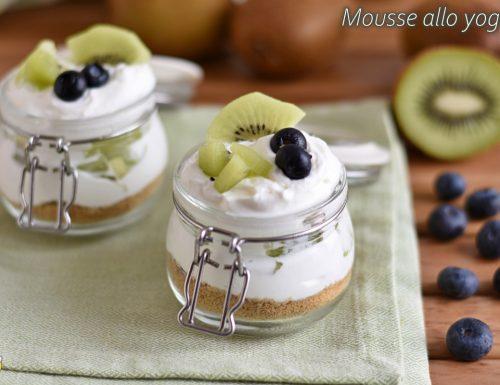 Mousse allo yogurt con frutta fresca