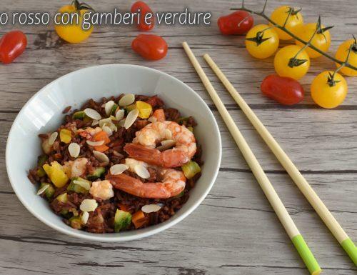 Riso rosso con gamberi e verdure