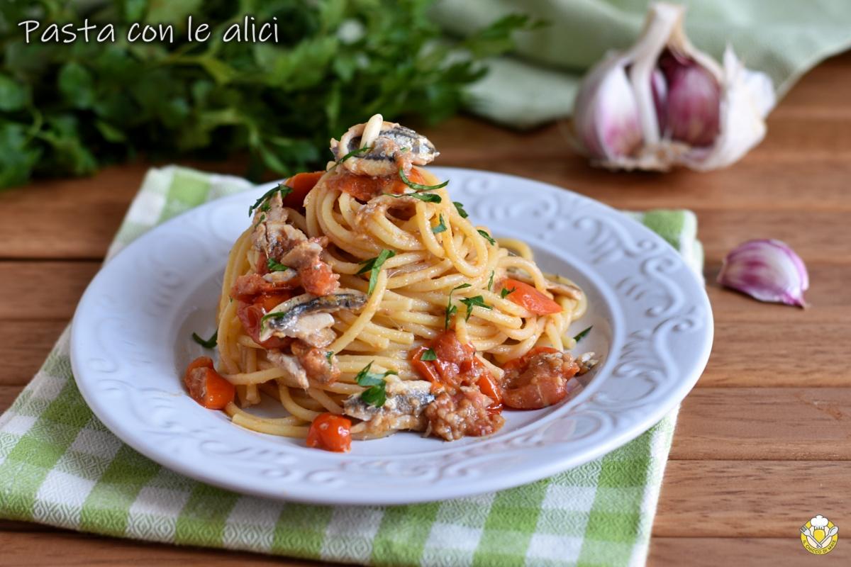pasta con le alici fresche pomodorini e pinoli ricetta primo di pesce veloce economico il chiccco di mais