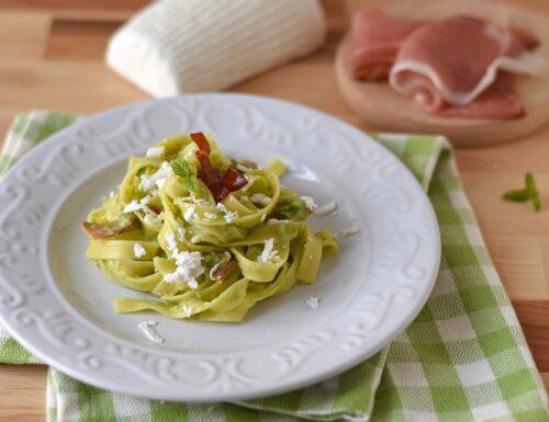 Tagliatelle di mais con crema di zucchine, speck e ricotta salata