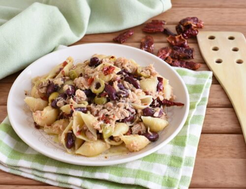 Pasta fredda con tonno, olive e peperoni cruschi