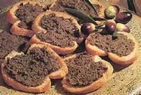 Crostini caldi alle olive nere
