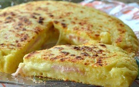 Pizza di patate, prosciutto e mozzarella