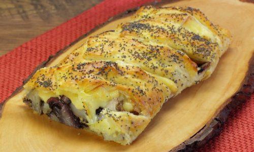 Torta salata con radicchio, scamorza e pere