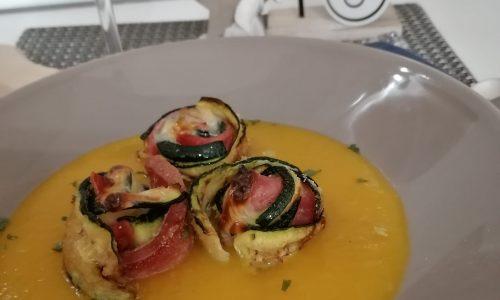 Involtini di zucchine formaggio spalmabile light e salame Bellafesta Light CLAI su crema di zucca