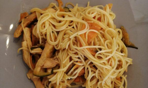 Spaghetti di riso con verdure e pollo