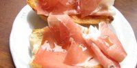 Bruschetta con prosciutto, brie e noci
