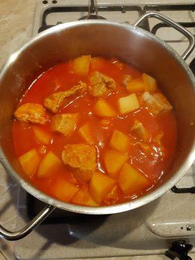 cottura dello spezzatino di maiale con patate