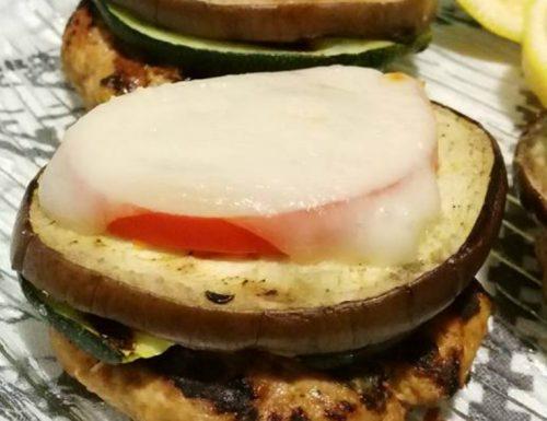 Torretta di hamburger, verdure grigliate e fontina