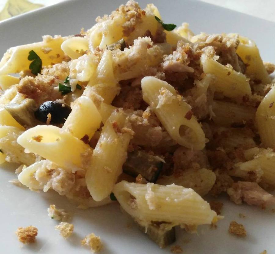 Pasta limone, tonno e pane integrale tostato.