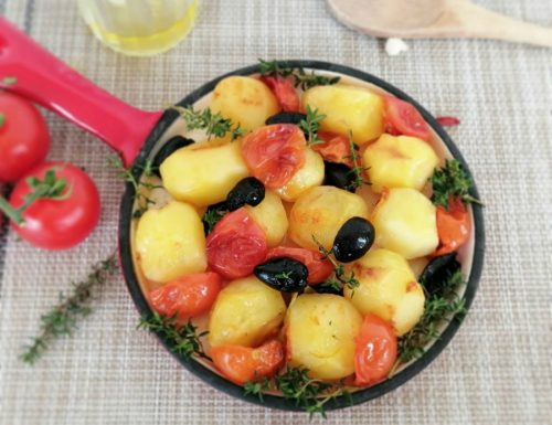 Patate al forno con pomodorini e olive