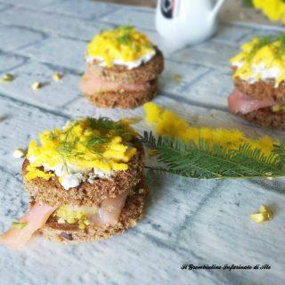 Sandwich mimosa al salmone e pistacchi