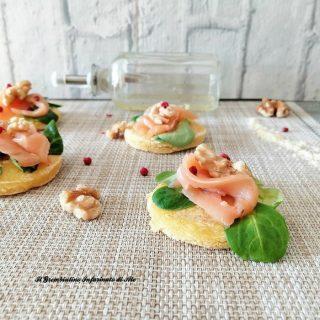 Crostini di polenta con salmone e noci