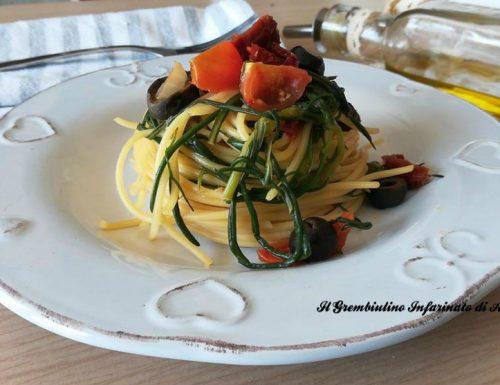 Spaghetti con agretti e olive nere
