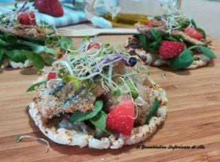 Gallette con alici, germogli e fragole