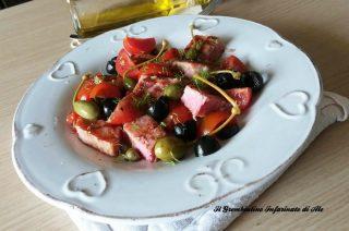 Tonno fresco in insalata con olive e pomodorini