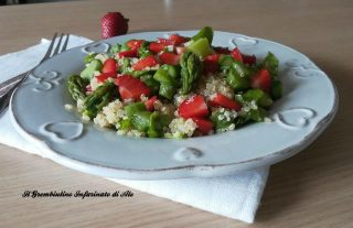 Quinoa con asparagi, spinacini e fragole
