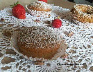 Muffin con fragole frullate e pistacchi