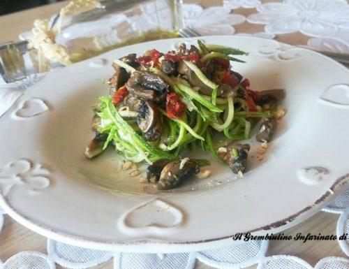 Spaghetti di zucchine con funghi e nocciole